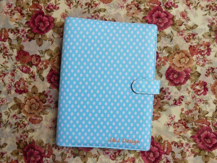 Nama  Produk : Binder Motif Blue Polka Ukuran   :A5 20ring : 60rb, B5 26 ring : 70rb Bahan  : Kulit Sintetis Deskripsi : 3 slot kartu, 1 slot foto 1 Slot pulpen
