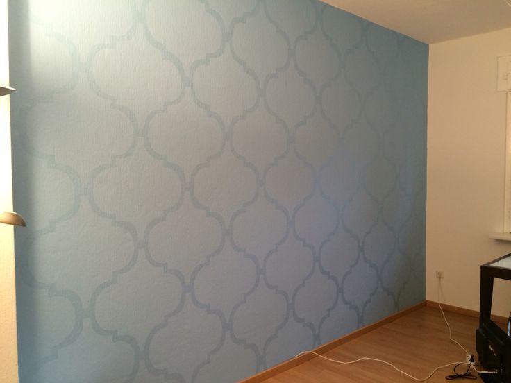 Die Wand im Wohnzimmer ist fertig & sieht so toll aus, ich liebe es!! Hatte die Idee dafür von hier (Pinterest): erst die Wand mit Matt-Farbe streichen und dann das Muster mit Seidenglanz-Farbe im selben Farbton draufmalen...  Same color. Base coat is matte and the stencil is a high gloss!