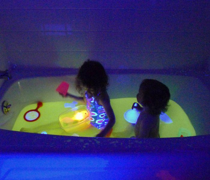 Светящаяся вода в ванной.
