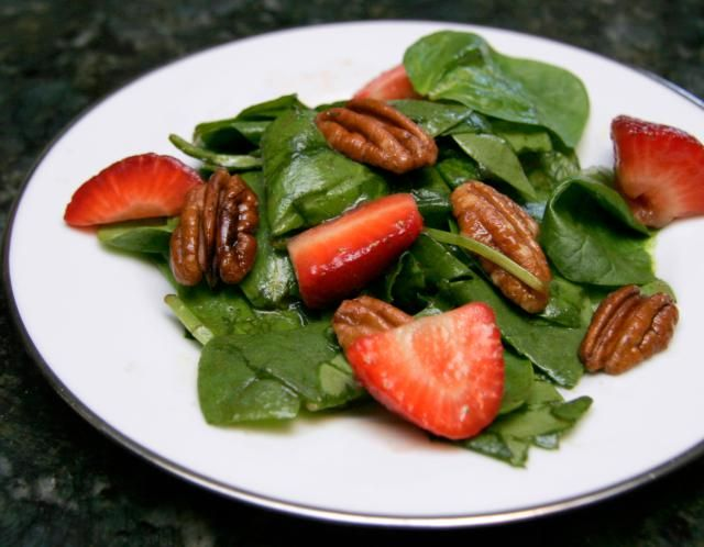 Spinach Salad with Strawberries, Pecans, and Vinaigrette: Spinach Salad With Strawberries and Pecans