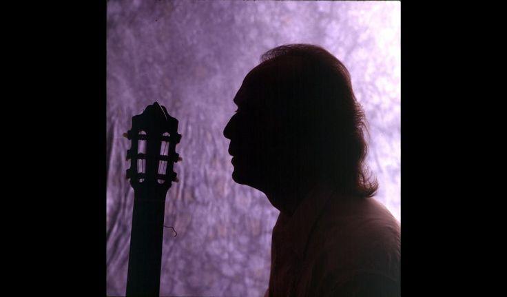 Retrato a contraluz de Paco de Lucía con su guitarra el 1 de septiembre de 1994.