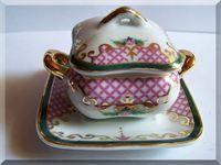 soepterrine met bord 2   miniatuur soepterrine met onderbord merk;P.A. =porcelain art - france vierkante soepterrine -deksel-onderbord met rose afbeeldingen