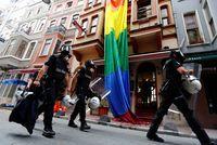 Istanbul: malgré l'interdiction des autorités, la Marche des fiertés aura lieu                                                                                 Les organisateurs ont affirmé que l'événement se déroulerait comme... http://www.lexpress.fr/actualite/monde/proche-moyen-orient/istanbul-malgre-l-interdiction-des-autorites-la-marche-des-fiertes-aura-lieu_1921359.html Check more...