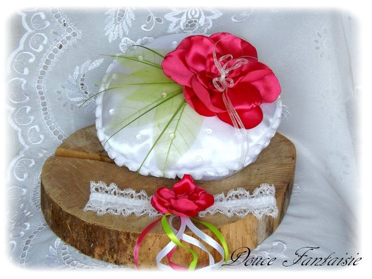"""Défi mai """"Les fleurs"""" Coussin d'alliance Jarretière dentelle satin blanc fuchsia anis mariage : Autres accessoires par douce-fantaisie"""