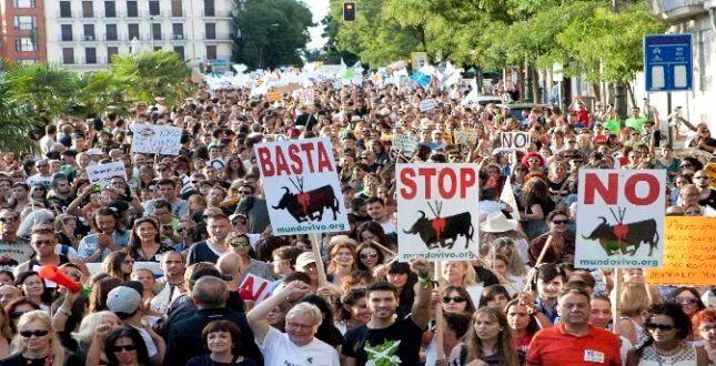 Castilla y León aprueba un decreto en el que se prohíbe la ejecución del famoso Toro de la Vega en espectáculos taurinos tradicionales.
