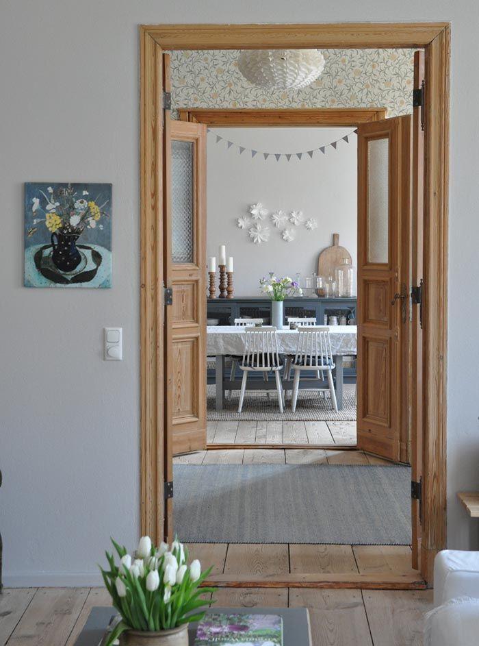 Seinän sävy ja ovien puupinta sama kuin yläkerran huoneissa