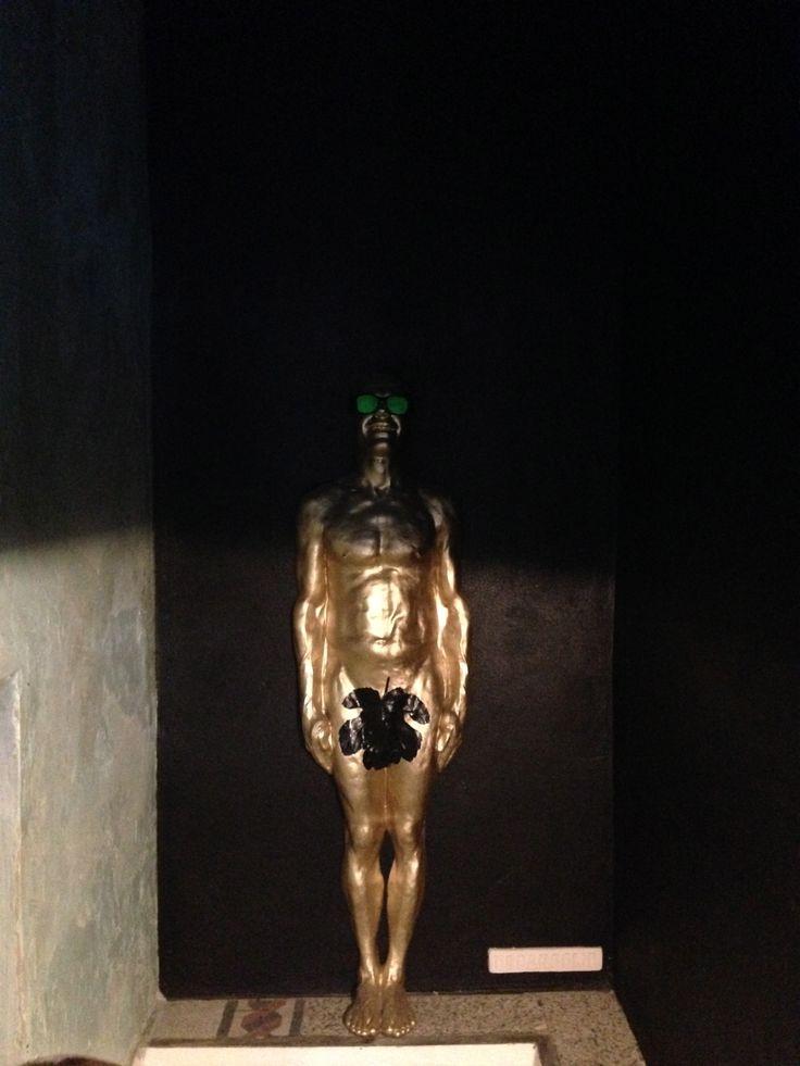 The Small - spazio espositivo - piano interrato - Paolo Gonzato installation - opera d'arte-scultura di urbansolid posizionata a muro sopra la gradinata che conduce al piano interrato