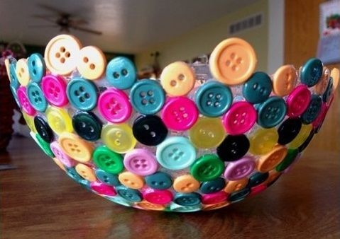 En skir skönhet som gjorts bara av lim och knappar. En ballong står för formen. Först har ballongen fått några lager lim som fått torka innan knappar limmas fast och fler lager lim läggs på. Den som vill ha en stadigare skål börjar med ett lager vitt silkespapper.