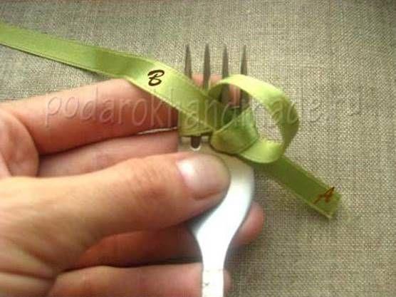 Ideas creativas - DIY arco de la cinta de satén con un Tenedor 5
