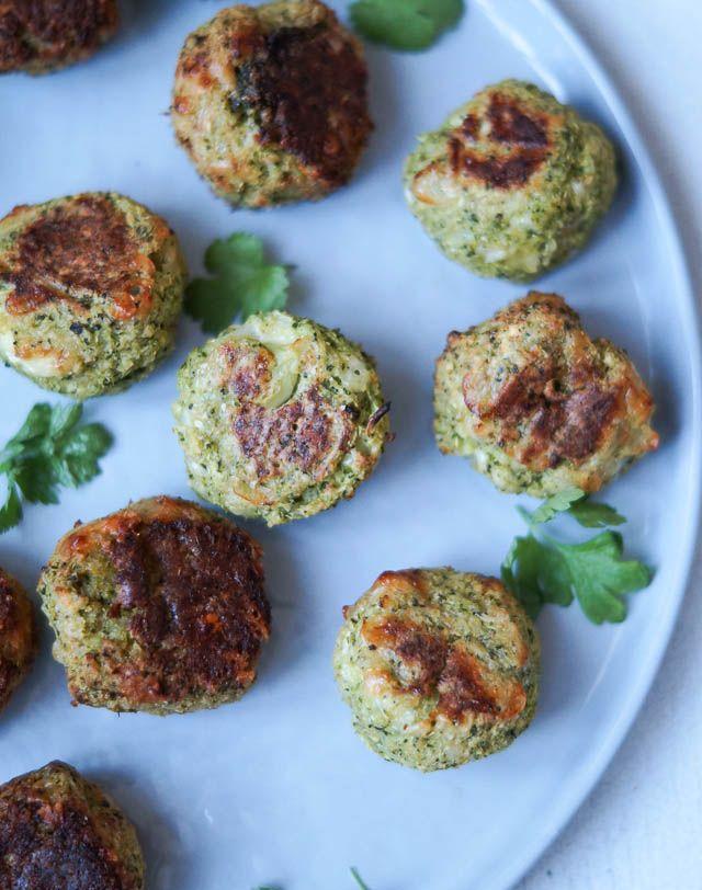 Små snack broccoli bites med ost - skøn snack med ost, hvidløg og sambal oelek. De bages i ovnen og tager næsten ingen tid at lave.