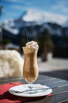 hmmmmm - ein Eiskaffee auf unserer Sonnenterrasse #goldenerberg #sonnenterrasse #arlberg #lech #urlaub #goldenerberg