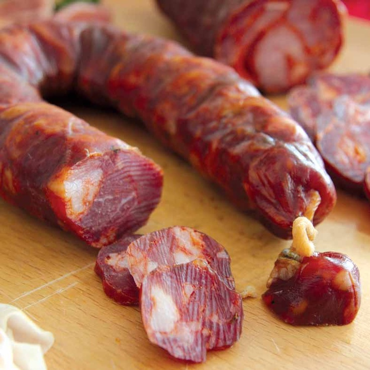 Chouriça de carne de Vinhais (Bragança): carne e gordura de porco de raça Bísara, com sal, vinho tinto ou branco, alho, colorau e louro.