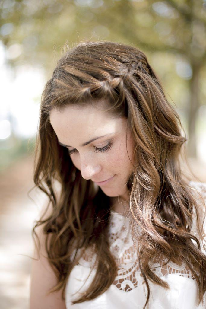Locker geflochtene Brautfrisur mit offenen Haaren l Foto