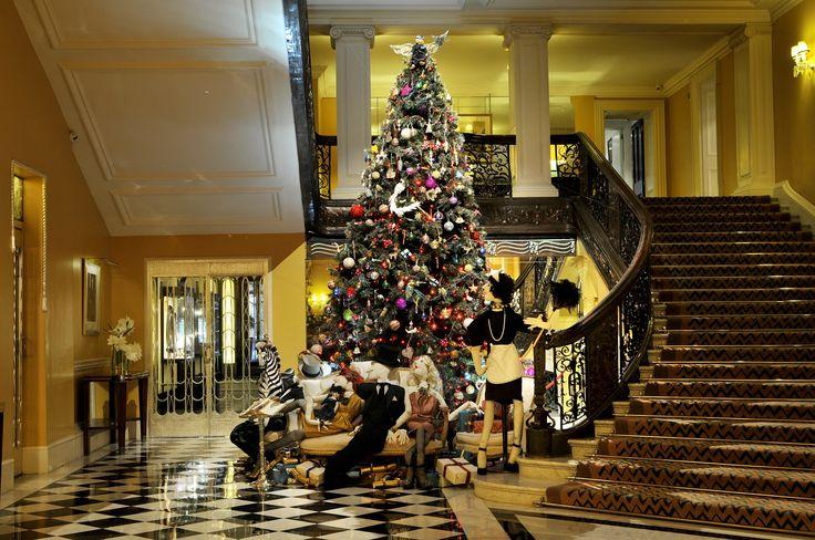 Ah… que fofa! Tem para vender na loja? rs! Vejam que coisa mais linda a árvore de Natal que Alber Elbaz, estilista da Lanvin, fez para o Claridge's, tradicional hotel londrino. Será que ano que vem ele pode montar a da minha casa? Â E quando forem desmontar a do Claridge's eu posso ficar para mim …