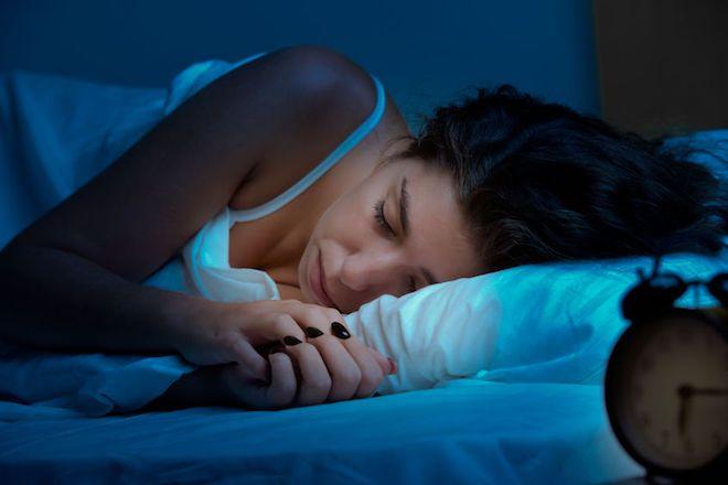 深い眠りを手に入れるために照明、室温、呼吸をチェック。