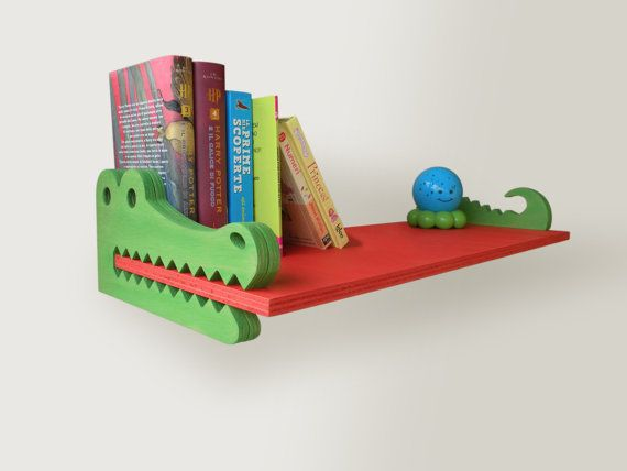 """Mensola in legno per bambini """"Coccodrillo"""" - realizzato a mano da MAMM Progetti"""