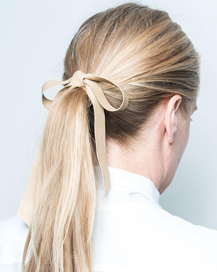 Köp fina håraccessoarer från Corinne online – hårband, hårsnoddar, hårspännen, hårpinnar i bland annat läder. Perfekt som present! | WAKAKUU