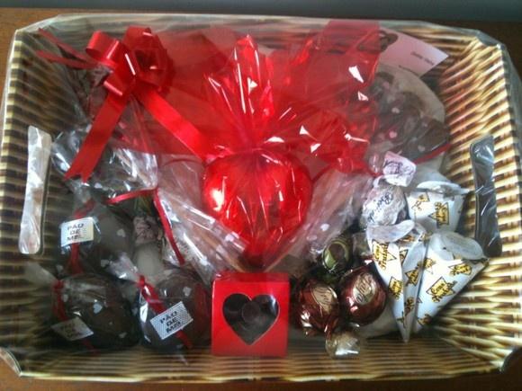 Promoção!!! Cesta de chocolate com:   1 Coração 200 gramas; 6 Pirulitos de chocolate (coração e love)  3 Pães de Mel  3 Cones trufados 1 caixa de pingos  6 trufas R$50,00