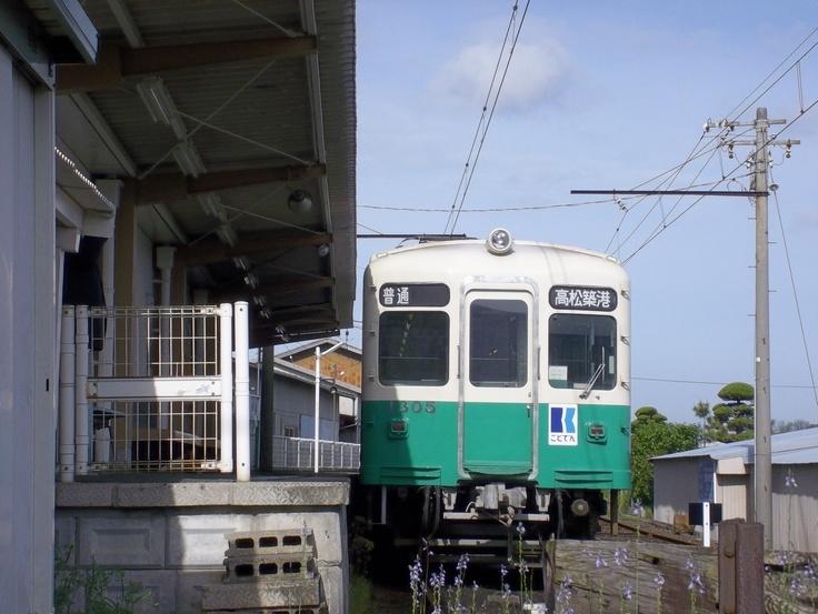 Takamatsu-Kotohira Electric Railroad Type 1300 train in Nagao station