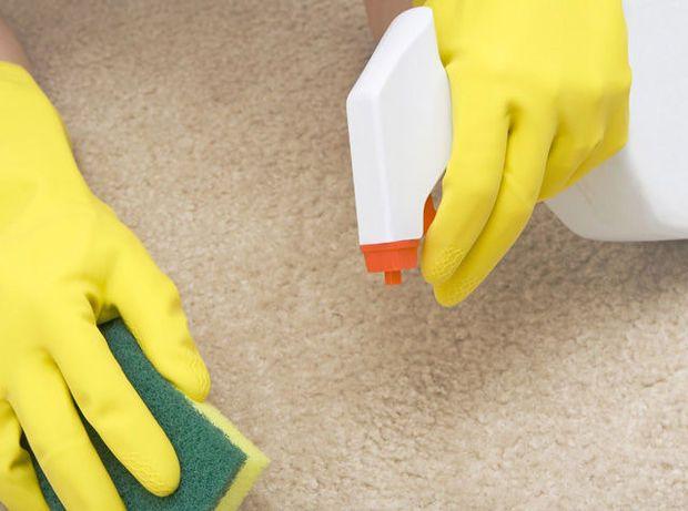 Een tapijt in de woning moet je ongeveer om de twee à drie jaar een grondig poetsbeurt geven. Veel mensen zitten echter met de handen in het haar wanneer het gaat over het grondig schoonmaken van hun tapijt. Om die reden zetten we enkele simpele trucjes voor het poetsen van een tapijt op een rij.