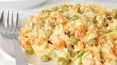 Белковый салат с морковью и горошком