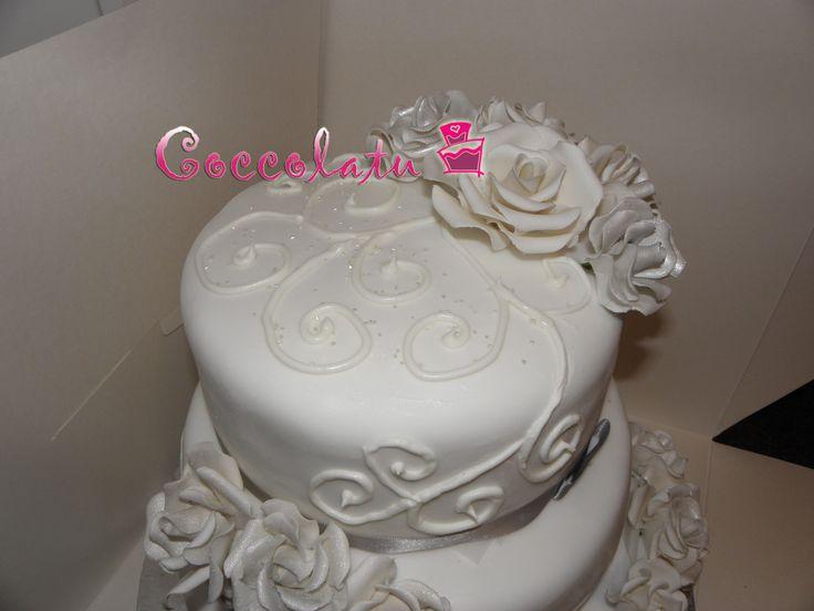 Rose bianche ed argento per delle dolcissime nozze d'oro. Le altre decorazioni sono in ghiaccia reale!