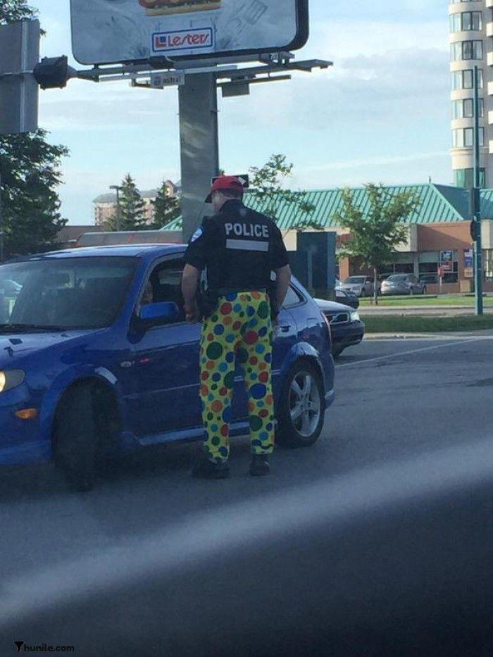 Montreal'de, iş sözleşmesini protesto etmek için renkli pantolon giyen polis