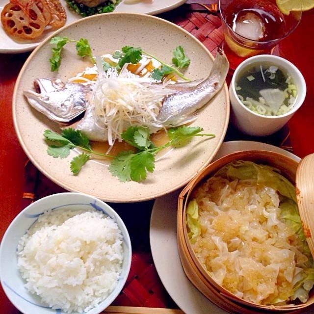 今日は夕飯前に授業行ったので、午前中に下拵え、すぐ蒸すだけの簡単調理法中華〜 ちょいと全体的に薄味な今日でした - 61件のもぐもぐ - Today's Dinner前菜・玉ねぎ焼売・清蒸鮮魚 by Ami
