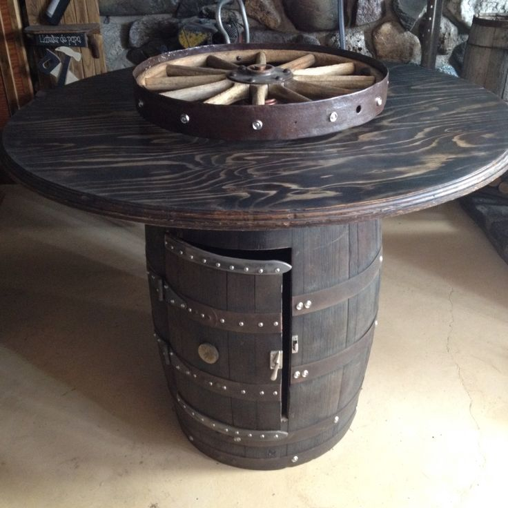 Table haute partir d 39 un baril de whiskey avec roue antique pivotante t - Table haute originale ...