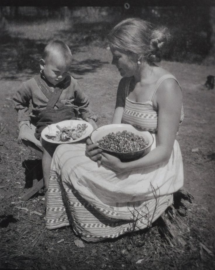 """  Young Andrei and his mother, Maria Vishnyakova, Yurevets (1935). """