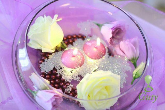 Plávajúce sviečky fialové v dekoračnom skle s kvetmi, perličkami a glitrami.