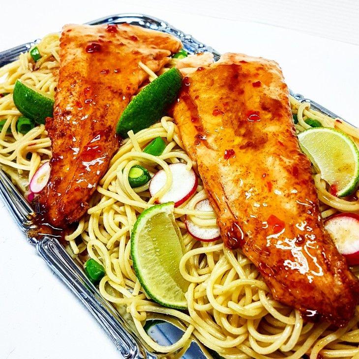 Lax och pasta är ett säkert kort. Här tillsammans med smaker av sweetchili, vitlök och lime.