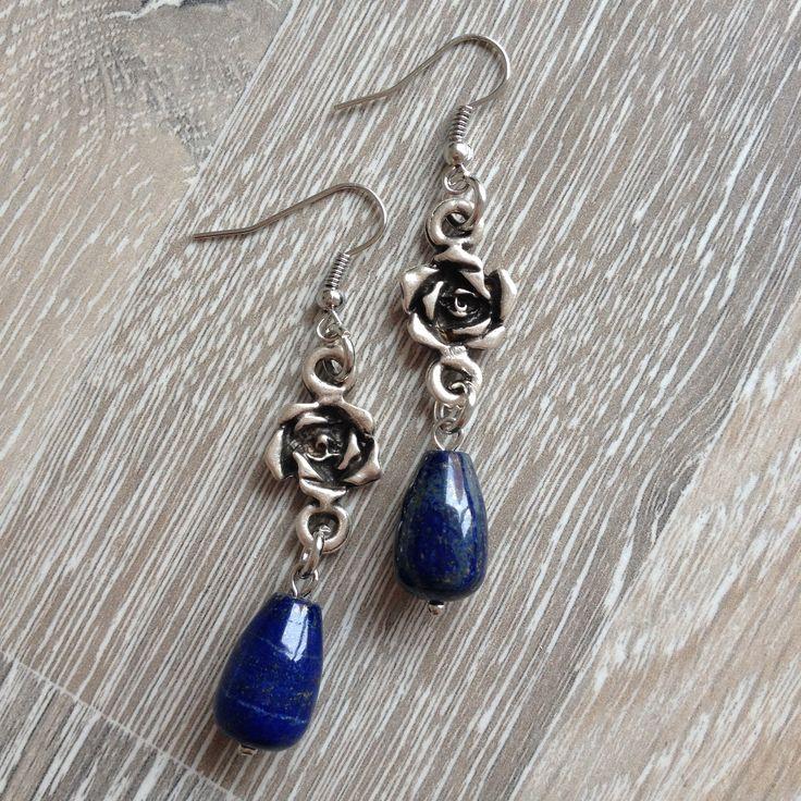 Oorbellen van metalen bloemen en lapis lazuli druppels. Van JuudsBoetiek, €9,00. Te bestellen op www.juudsboetiek.nl.
