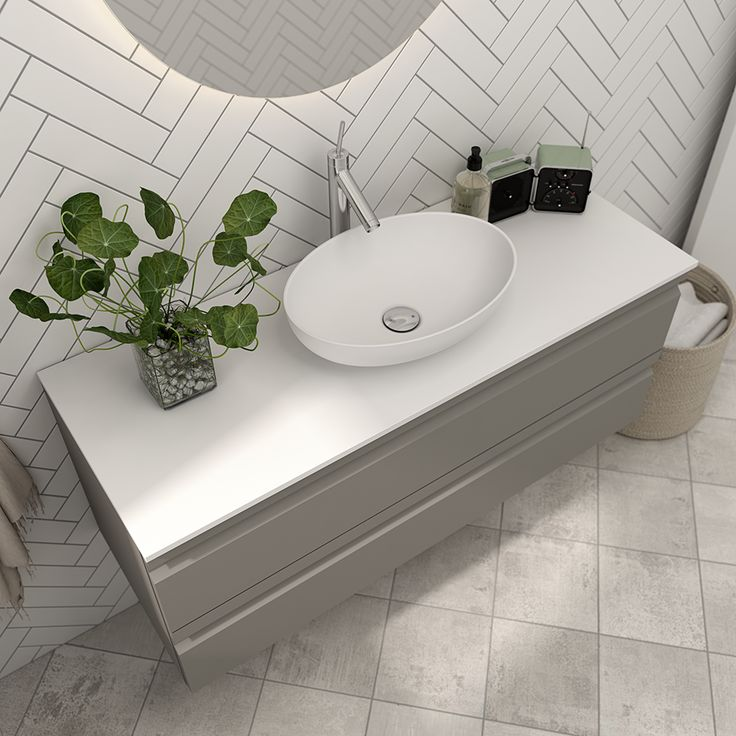 The oval, romantic Sonate washbasin is designed in keeping with contemporary trends while also meeting our demand for functionality and durability.