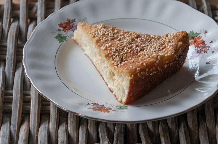 Τυρόπιτα με γιαούρτι από τον Άκη. Τέλεια, εύκολη και σουσαμένια συνταγή για τυρόπιτα με φέτα και στραγγιστό ελληνικό γιαούρτι. Δοκιμάστε τη!