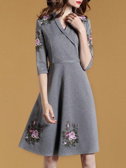 Серое модное платье с вышивкой