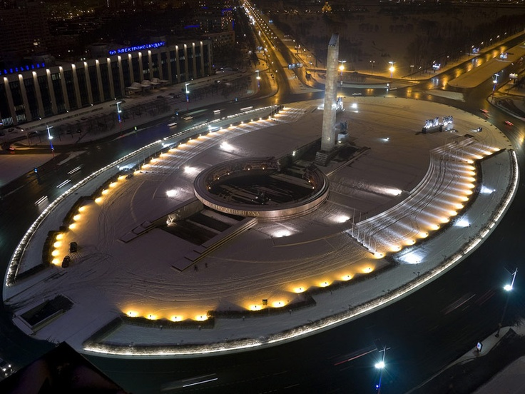 Victory Square, Saint Petersburg - Light, water and space. The magnificence of this square, in Saint Petersburg, is underlined by Lux 260, Osio pil and Squadra: their beams of light embrace the elements of this majestic place.