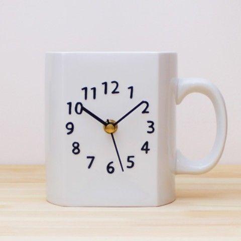 大きなマグカップの形をした陶磁器製の置時計 テーブルの上や棚に飾るとインパクト大! 毎日の生活を楽しくしてくれる一品です。    原産国:日本 ムーブメント:台
