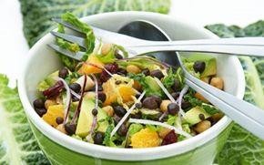 Salat med kikærter, kål, frugt og linser Den fyldige salat er en fin middagsret med brød til, men du kan også servere den som tilbehør til det meste kød.