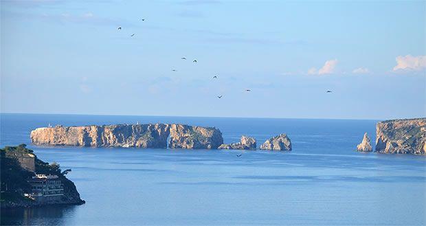 Κατά τη παραμονή σας στην Πύλο, αξίζει να επισκεφτείτε με καραβάκι τα νησάκια του Κόλπου του Ναβαρίνου! Αρχικά, τις νήσους ΣφακτηρίακαιΤσι...