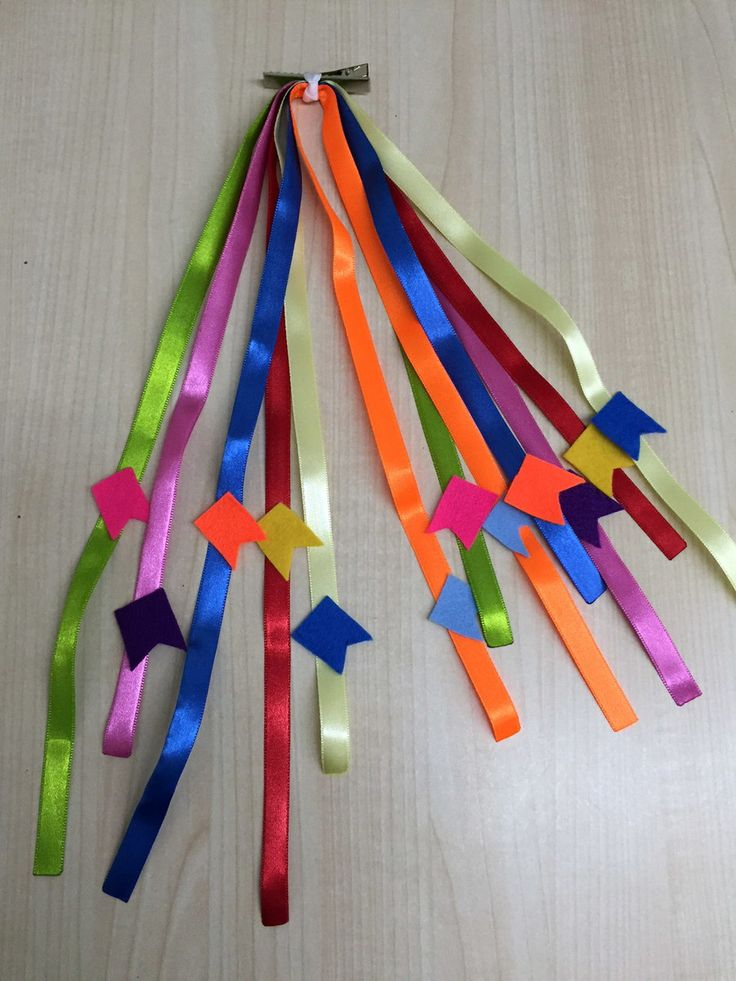 Enfeite Junino para Cabelo - 8 fitas coloridas com 30 cm de comprimento com bandeirinhas em feltro coloridas. O enfeito pode ser preso no bico de pato com 4,5 cm de comprimento ou no elástico.    As fitas e o feltro podem ter variação na cor.