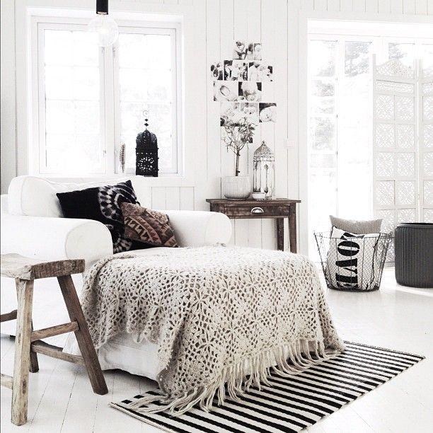 Stoere woonkamer in zwart en wit tinten met robuuste meubels en grove accessoires
