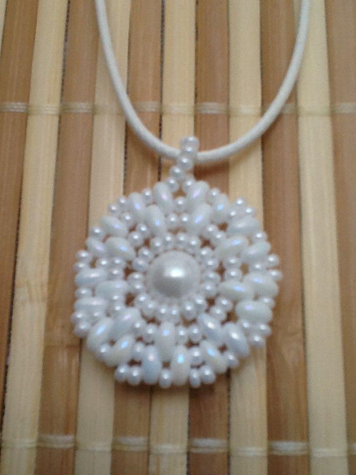 Kis fehér medál