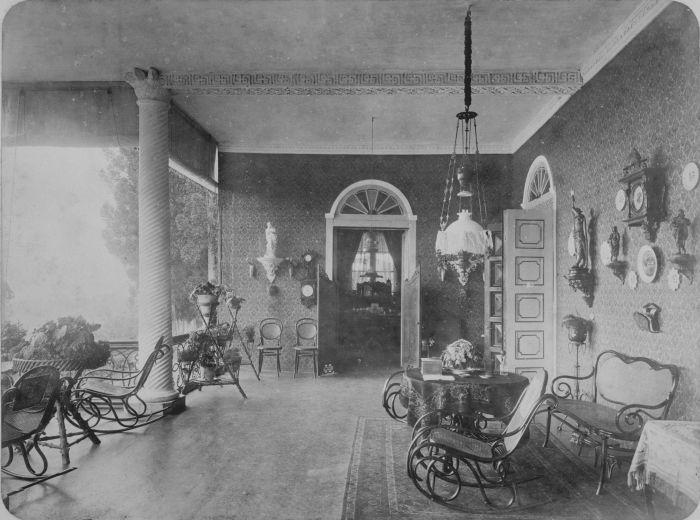 File:COLLECTIE TROPENMUSEUM Galerij van het huis van Europeanen op een plantage Nederlands-Indië TMnr 60022724.jpg