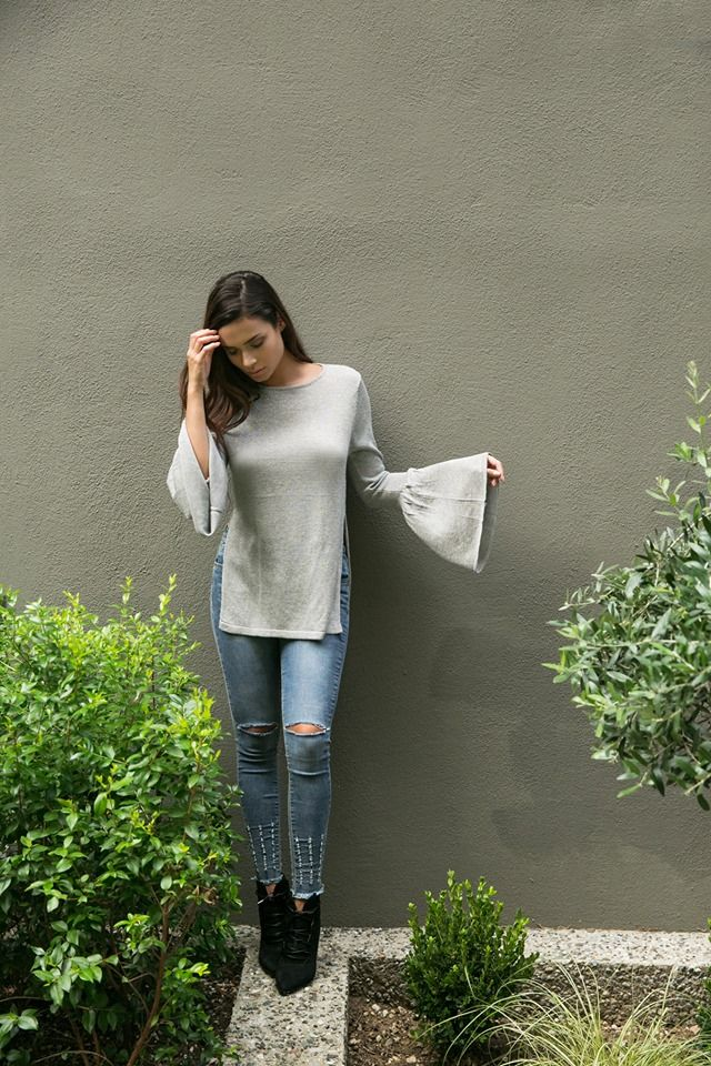 Bell sleeve blouse with side openings. Round neck and long sleeves. 80% Viscose. 20% Nylon.