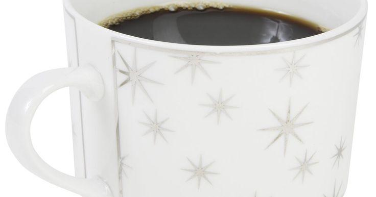 Como remover manchas de chá ou café em canecas ou xícaras de porcelana fina. A maioria das pessoas se irritam ou enojam com manchas marrons de chá ou café em canecas de cerâmica ou xícaras de porcelana, em algum momento. Parece que na maioria das vezes, após lavar e deixar de molho, a mancha costuma persistir. Felizmente, há uma maneira de conseguir com que a xícara volte a brilhar.