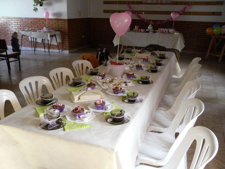 Mesa de té y cup cakes  by Dulcinea de la fuente www.facebook.com/dulcinea.delafuente  #fiesta #festejo #cumpleaños #mesadulce#fuentedechocolate #agasajo# #candybar  #tamatización #personalizado #souvenir  #regalos personalizados #catering finger food