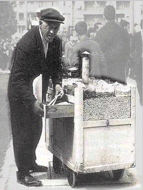 Πλανόδιος πωλητής ξηρών καρπών.