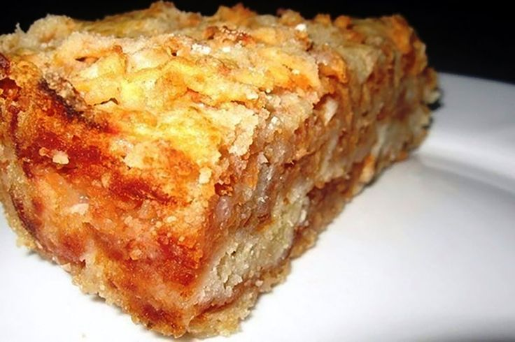 Această rețetă de prăjitură este unul dintre cele mai simple și gustoase deserturi pe care le-ați întâlnit până acum. Prăjitura cu mere se prepară în straturi, este foarte moale și fragedă, cu aromă nemaipomenită de mere și gust suculent. Această rețetă este atât de ușoară, încât o poate prepara oricine, chiar și un copil. Când aveți poftă de un desert delicios cu mere, preparați neapărat această prăjitură gingașă și savurați-o cu un ceai aromat! Echipa Bucătarul.euvă dorește poftă bună…
