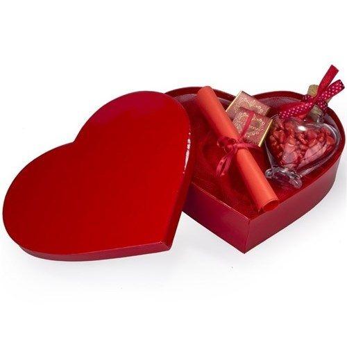 İçerisine kalbinizden gelen en samimi mesajları yazabileceğiniz Kalbimden Gelen Mesaj şık kutusu ile sevdiklerinize verebileceğiniz en anlamlı hediyelerden biri. Kalbimden Gelen Mesaj içerisinde kalp drajelerle dolu kalp cam şişe, 2 adet seni seviyorum yazılı çikolata ve kırmızı kağıda yazılmış özel mesajınız bulunmaktadır. http://www.buldumbuldum.com/hediye/kalbimden_gelen_mesaj/